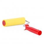 Прижимной валик INTERTOOL KT-0017 с покрытием из высокопластичной вспененной резины применяется во время поклейки обоев для обеспечения максимально плотного прилегания полотна обоев к стене, а также для удаления излишков клея и пузырьков воздуха из под полотна. В комплект поставки включен прижимной валик 40*150 мм и ручка для валика.