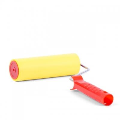 Прижимной валик INTERTOOL KT-0018 с покрытием из высокопластичной вспененной резины применяется во время поклейки обоев для обеспечения максимально плотного прилегания полотна обоев к стене, а также для удаления излишков клея и пузырьков воздуха из под полотна. В комплект поставки включен прижимной валик 48*180 мм и ручка для валика.