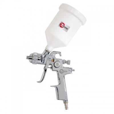 Краскопульт INTERTOOL PT-0103 применяется для профессиональных работ, в том числе и тонировки, аэрографии, художественного лакирования. Данный краскораспылитель создан с применением технологии HVLP, что обеспечивает 75% эффективность переноса ЛКМ на окрашиваемую поверхность. Объем пластикового бачка пистолета составляет 600 мл. Диаметр форсунки — 1,4 мм, а рабочее давление — 3 атм. При этом, расход воздуха составляет от 230 до 300 л/мин.  Особенности Предназначен для профессиональных работ; За счет...
