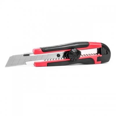 Нож прорезной INTERTOOL HT-0503 оснащен металлической направляющей, надежно фиксирующей лезвие, обеспечивая точный ровный срез. Выдвижение и фиксация осуществляется с помощью пластикового винта. Корпус ножа покрыт прорезиненной рукояткой, которая обеспечивает надежную фиксацию инструмента в руке во время работы. Лезвие ножа – сменное, сегментированное, шириной 18 мм. Предназначен для резки бумаги, картона, бандажных лент при проведении строительных работ.