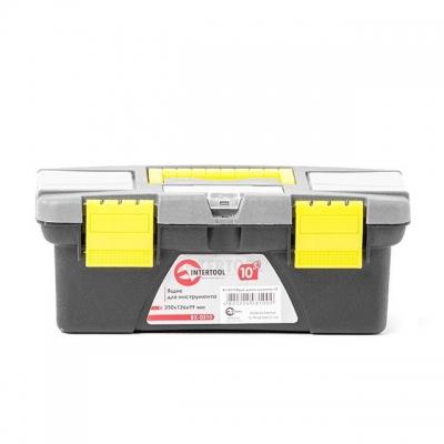 Ящик для инструмента INTERTOOL BX-0310 практичен и удобен в использовании. На крышке расположены два отдельных съемных органайзера с разнообразными ячейками, которые отлично подойдут для хранения метизов или любой другой мелочи. Там же расположен отдел для хранения отверточных насадок, который закрывается прозрачной крышкой. Изделие выполнено из ударопрочного, термостойкого и износоустойчивого пластика, что значительно снижает вероятность его повреждения при ударе или падении. Геометрия корпуса имеет...